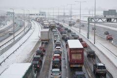 Britische Autobahn M1 während des Schneesturms Stockfotos