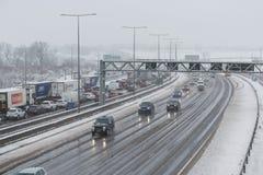 Britische Autobahn M1 während des Schneesturms Stockfotografie