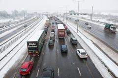 Britische Autobahn M1 während des Schneesturms Stockbild