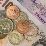 BRITISCHE Banknoten und Münzen Stockfotos