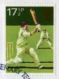 Britische Briefmarke, die eine Kricket-Szene darstellt Stockbild