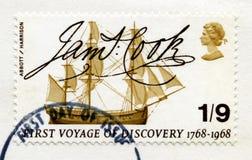 Britische Briefmarke, die Kapitän James Cook ` s erstes V gedenkt Stockbild