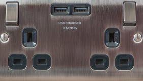 BRITISCHE Doppelsteckdose mit USB-Ladegerät Weicher Fokus Lizenzfreie Stockbilder