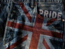 BRITISCHE Flagge auf Jeans-Denim-Beschaffenheit mit Stolzwort Nahaufnahme von vereinigen Stockbild