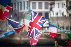 Britische Flagge unter anderen Flaggen lizenzfreies stockbild
