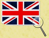 BRITISCHE Flaggenpostkarte unter dem Vergrößerungsglas Lizenzfreies Stockbild