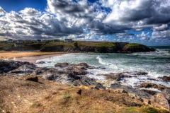BRITISCHE kornische Nordküste Treyarnon-Bucht-Cornwalls England zwischen Newquay und Padstow in buntem HDR Lizenzfreie Stockfotografie