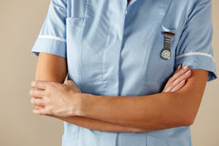 BRITISCHE Krankenschwester, die mit den Armen gefaltet steht Lizenzfreie Stockfotos