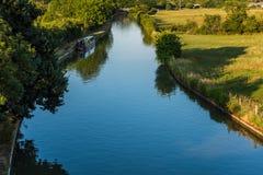 Britische ländliche Szene der Sonnenuntergangansicht Landschaftsmit Fluss nahe Northampton stockfotos