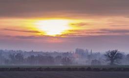 Britische Landschafts-Felder bei dunstigem Sonnenuntergang stockbild