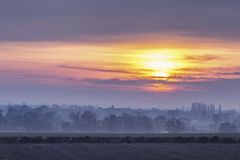 Britische Landschafts-Felder bei dunstigem Sonnenuntergang lizenzfreies stockfoto