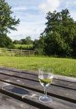 Britische Landszene mit einem Glas Wein auf einem Holztisch stockbild