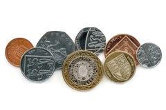 Britische Münzen auf weißem Hintergrund Lizenzfreie Stockbilder