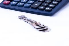 Britische Münzen und calculatorwith Fokus auf Münzen Lizenzfreies Stockfoto
