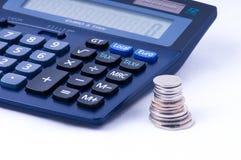 Britische Münzen und Taschenrechner mit Steuerzeichen Lizenzfreies Stockbild