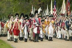 Britische Musiker marschieren am Auslieferungs-Feld am 225. Jahrestag des Sieges bei Yorktown, eine Wiederinkraftsetzung der Bela Lizenzfreie Stockfotografie