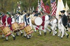 Britische Pfeifen- und Trommelmärsche auf Auslieferungs-Straße am 225. Jahrestag des Sieges bei Yorktown, eine Wiederinkraftsetzu Stockfotografie