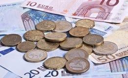 Britische Pfunde und Eurobanknoten und Münzen Lizenzfreies Stockbild