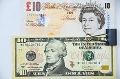 Britische Pfunde und US-Dollars Banknoten Stockbilder