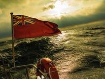 BRITISCHE rote Fahne die britische Seeflagge geflogen von der Yacht Lizenzfreie Stockfotos