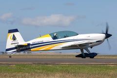 Britischer aerobatic Pilot Mark Jefferies, der ein einmotoriges Extra-330LX aerobatic Flugzeug VH-IXN fliegt lizenzfreies stockfoto