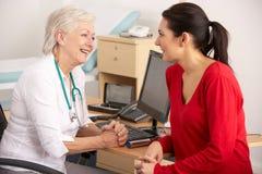 Britischer GP, der mit Frauenpatienten spricht Lizenzfreie Stockbilder