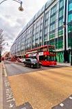 Britischer Ikonendoppeldeckerbus und -taxi entlang Oxford-Straße in London, Großbritannien Lizenzfreie Stockfotos