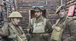 Britischer Offizier in der Armee und Soldaten WWI Stockbilder