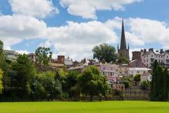 Britischer Parkblick Ross-auf-Ypsilon Herefordshire England in Richtung St- Mary` s zum Kirchenmarkstein Stockfotografie