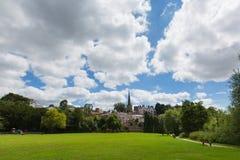 Britischer Parkblick Ross-auf-Ypsilonstadtypsilon-Tal Herefordshire England in Richtung St- Mary` s zum Kirchenmarkstein Stockfotografie