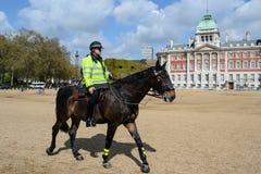 Britischer Polizist auf zu Pferde Lizenzfreies Stockbild
