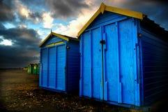 BRITISCHER stürmischer Himmel der Strandhütten stockbilder