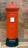 Britischer viktorianischer sechseckiger Royal MailPostbox. Stockfotos