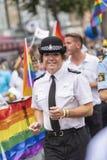 Britischer weiblicher Polizeibeamte, der Europride Stockholm tanzt Lizenzfreie Stockbilder