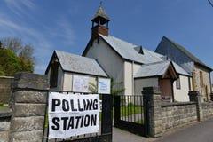 BRITISCHER Wähler gehen zu den Abstimmungen an Super-Donnerstag Stockbilder