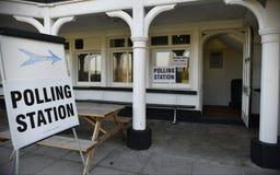 BRITISCHER Wähler gehen zu den Abstimmungen an Super-Donnerstag Lizenzfreies Stockbild