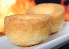 Britischer Yorkshire-Pudding, traditionsgemäß gegessen mit Bratenrindfleisch Lizenzfreie Stockbilder