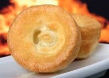 Britischer Yorkshire-Pudding, traditionsgemäß gegessen mit Bratenrindfleisch Stockfotografie