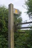 Britisches Fußweg Zeichen, Zauntritt und waymarker. Lizenzfreies Stockfoto