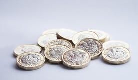 BRITISCHES Geld, neue Pfundmünzen im kleinen Stapel Lizenzfreie Stockfotos