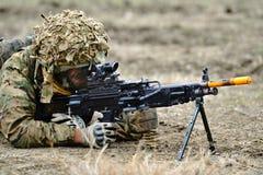 BRITISCHES Militär mit halbautomatischem Gewehr im rumänischen Militärpolygon Lizenzfreies Stockbild