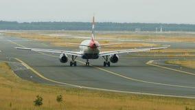 British Airways που μετακινείται με ταξί στο διεθνή αερολιμένα της Φρανκφούρτης Αμ Μάιν απόθεμα βίντεο