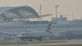 British Airways на взлётно-посадочная дорожка сток-видео