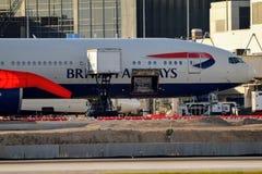 Самолет British Airways припаркованный на воротах аэропорта стоковые изображения