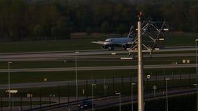 British Airways acepilla el carreteo en el aeropuerto de Munich, MUC almacen de video