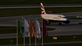British Airways Airbus che rulla nell'aeroporto di Monaco di Baviera, molla video d archivio
