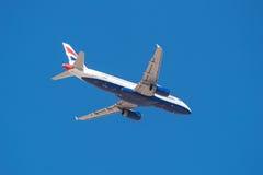 British Airways Airbus 320 está sacando del aeropuerto del sur de Tenerife el 13 de enero de 2016 Fotos de archivo
