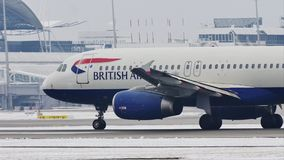 British Airways Airbus A320-200 G-EUUC que lleva en taxi en nieve almacen de metraje de vídeo