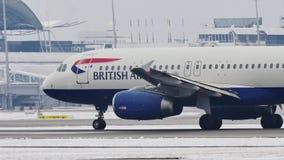 British Airways Airbus A320-200 G-EUUC que taxiing na neve vídeos de arquivo