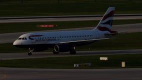 British Airways Airbus que lleva en taxi en el aeropuerto de Munich, primavera almacen de metraje de vídeo